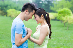 Sweet young couple in parkの写真素材 [FYI02856573]