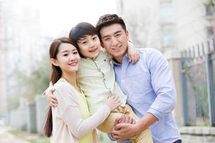 Happy young familyの写真素材 [FYI02856576]