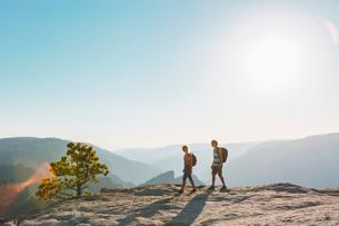 USA, California, Yosemite National Park, Man and woman at Taft Pointの写真素材 [FYI02856580]