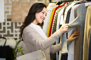 Young woman shopping in clothing storeの写真素材 [FYI02856589]