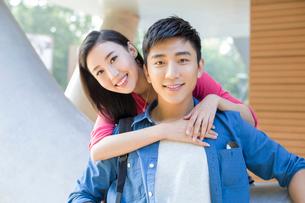 Portrait of happy young coupleの写真素材 [FYI02856604]