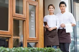 Wait staff standing in restaurant doorwayの写真素材 [FYI02856605]
