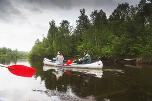 Women rowing in Vasterbotten, Swedenの写真素材 [FYI02856611]