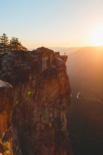 USA, California, Yosemite National Park, Taft Point, Man standing at edge of rockの写真素材 [FYI02856617]