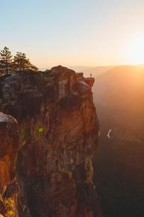 USA, California, Yosemite National Park, Taft Point, Man standing at edge of rockの写真素材 [FYI02856617]