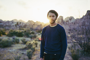 Man standing at sunset in Joshua Tree National Park, USAの写真素材 [FYI02856628]