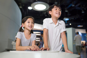 Chinese children in science and technology museumの写真素材 [FYI02856634]