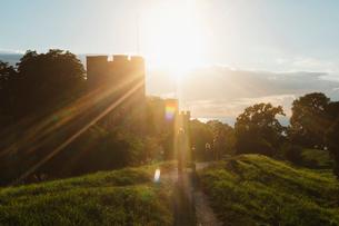 Sunbeam over town wall in Visby, Swedenの写真素材 [FYI02856642]