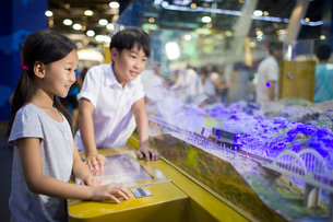 Chinese children in science and technology museumの写真素材 [FYI02856650]