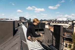 Roofer on a work break in Stockholm, Swedenの写真素材 [FYI02856685]