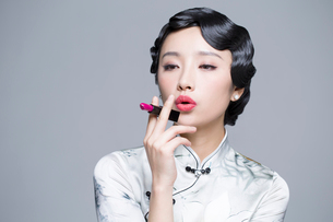 Young beautiful woman in traditional cheongsam with a lipstickの写真素材 [FYI02856693]
