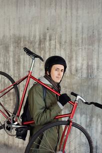 Sweden, Sodermanland, Stockholm, Sodermalm, Slussen, Portrait of mid adult man holding fixed gear biの写真素材 [FYI02856696]