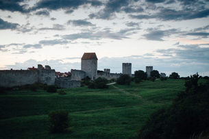 Town wall in Visby, Swedenの写真素材 [FYI02856707]