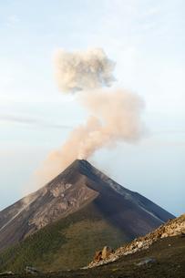 Volcan de Fuego erupting in Acatenango, Guatemalaの写真素材 [FYI02856708]