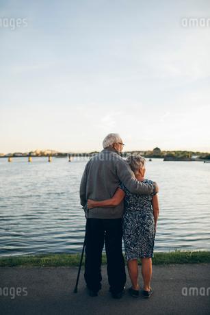 Senior couple standing by lake in Karlskrona, Swedenの写真素材 [FYI02856712]
