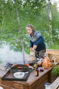 A woman cooking on a fire pitの写真素材 [FYI02856715]