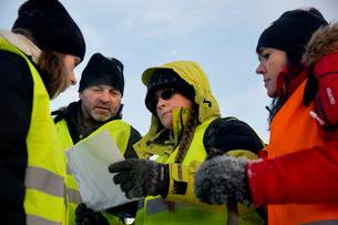 Sweden, Uppland, Upplands Vasby, Volunteers of Missing people organization discussing mapの写真素材 [FYI02856716]