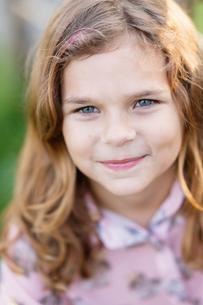 Sweden, Vastmanland, Hallefors, Bergslagen, Portrait of smiling girl ( 8-9)の写真素材 [FYI02856717]