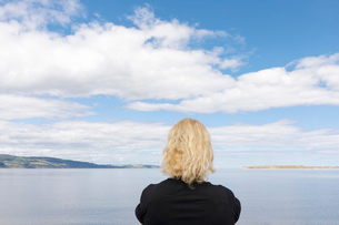 Woman by sea in Cromarty, Scotlandの写真素材 [FYI02856718]