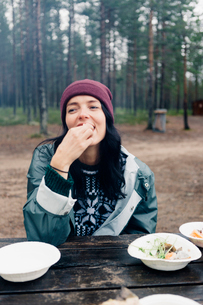 A woman eating outdoorsの写真素材 [FYI02856719]