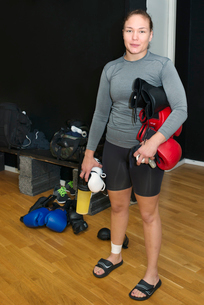 Sweden, Young female boxer in gymの写真素材 [FYI02856737]