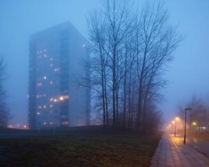 Sweden, Skane, Malmo, Hogaholm, Almvik, Residential buildings in fogの写真素材 [FYI02856758]