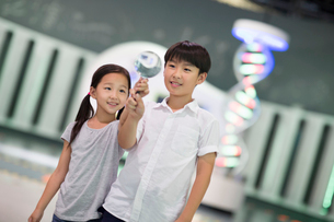 Chinese children in science and technology museumの写真素材 [FYI02856775]