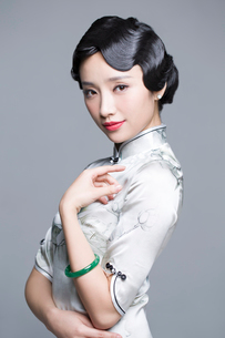 Portrait of young beautiful woman in traditional cheongsamの写真素材 [FYI02856781]