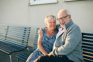 Portrait of senior couple hugging on benchの写真素材 [FYI02856789]