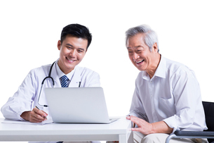 Doctor and patient seeing the results on laptopの写真素材 [FYI02856790]