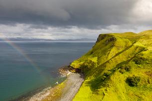 Hills by beach on Isle of Skye, Scotlandの写真素材 [FYI02856791]