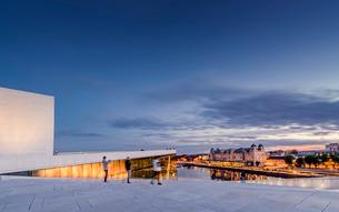 Norway, Oslo, Bjorvika, Operahuset at sunsetの写真素材 [FYI02856793]