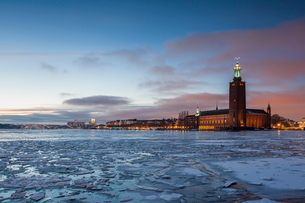 A view of the Municipal Building in Sweden across icy waterの写真素材 [FYI02856804]