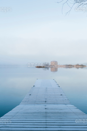 View across the sea from a wooden pierの写真素材 [FYI02856825]