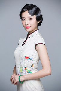 Portrait of young beautiful woman in traditional cheongsamの写真素材 [FYI02856861]