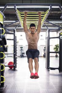 Young man exercising at gymの写真素材 [FYI02856872]