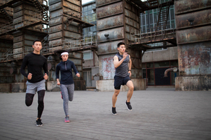 Young Chinese friends jogging outdoorsの写真素材 [FYI02856881]