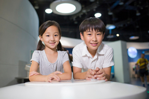 Chinese children in science and technology museumの写真素材 [FYI02856882]
