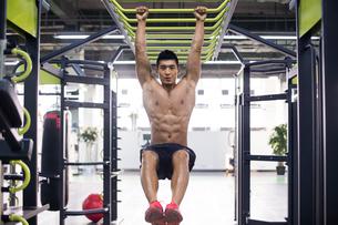 Young man exercising at gymの写真素材 [FYI02856883]