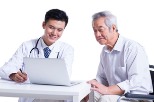 Doctor and patient seeing the results on laptopの写真素材 [FYI02856885]