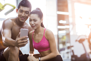 Young couple taking self portrait in the gymの写真素材 [FYI02856935]