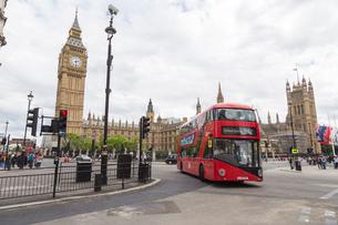 Double Decker bus by Big Ben in London, Englandの写真素材 [FYI02856965]