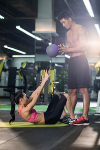 Young woman working with trainer at gymの写真素材 [FYI02856976]