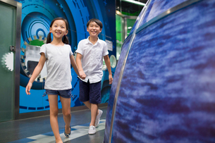 Chinese children in science and technology museumの写真素材 [FYI02856977]
