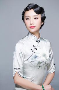 Young beautiful woman in traditional cheongsamの写真素材 [FYI02856983]