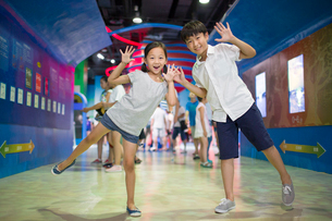 Chinese children in science and technology museumの写真素材 [FYI02856991]