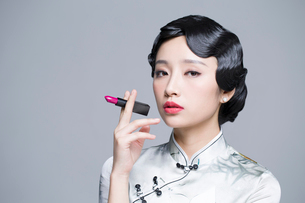 Young beautiful woman in traditional cheongsam with a lipstickの写真素材 [FYI02856997]