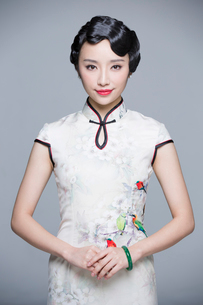 Portrait of young beautiful woman in traditional cheongsamの写真素材 [FYI02857002]