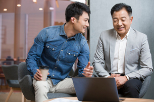 Business people working with laptop in officeの写真素材 [FYI02857014]