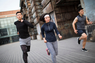 Young Chinese friends jogging outdoorsの写真素材 [FYI02857018]